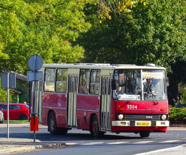 Autobus czerwony, po ulicach mego miasta mknie…