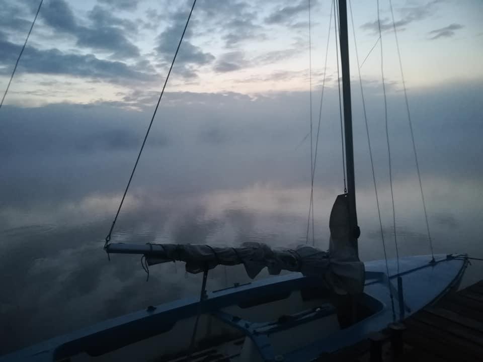 Ostry cień mgły nad Jeziorem Mikorzyńskim